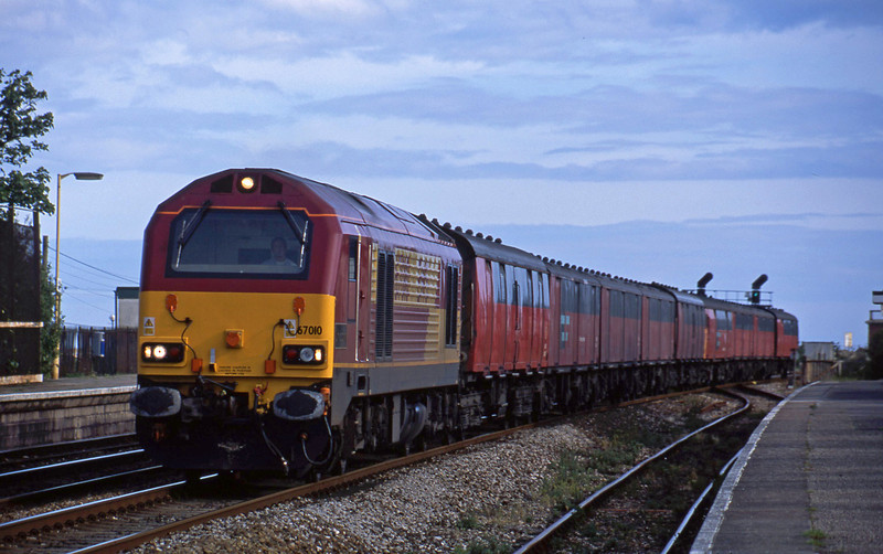 67010, 17.25 Plymouth-Low Fell, Dawlish Warren, 27-5-02.