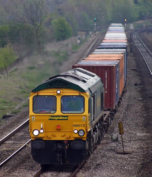 66572, 08.45 Southampton Millbrook-Leeds, Lower Basildon, near Pangbourne, 20-4-04.
