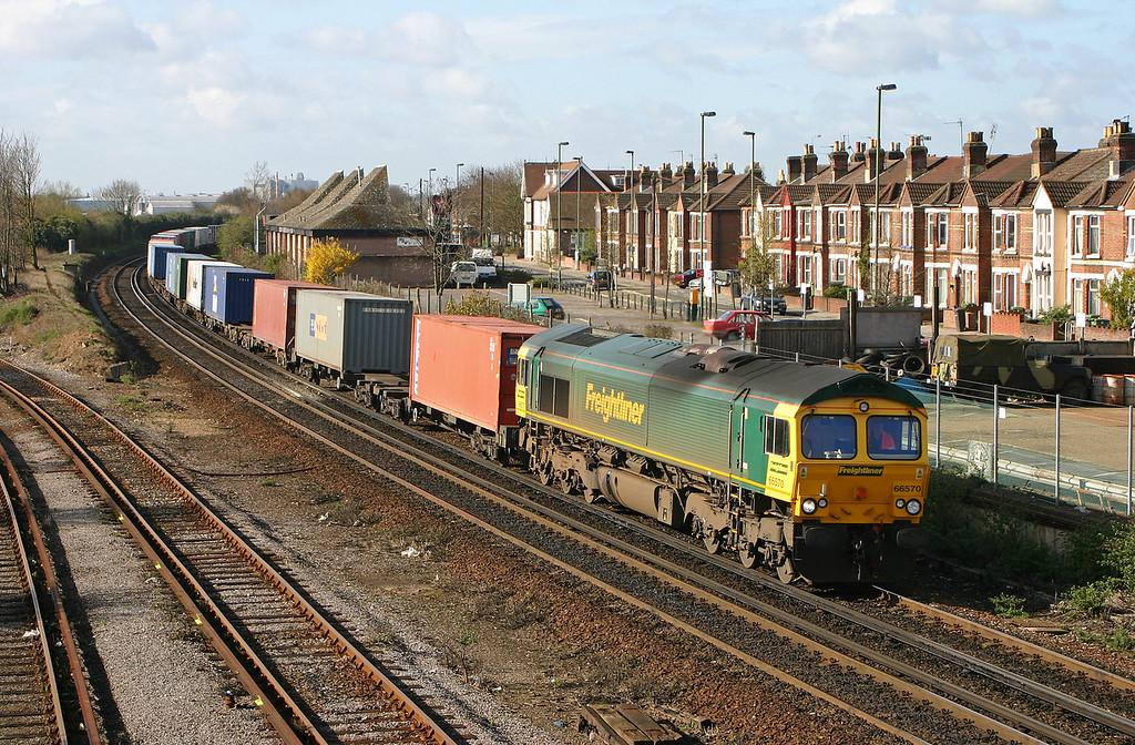 66570, 08.45 Southampton Millbrook-Leeds, Eastleigh, 6-4-04.