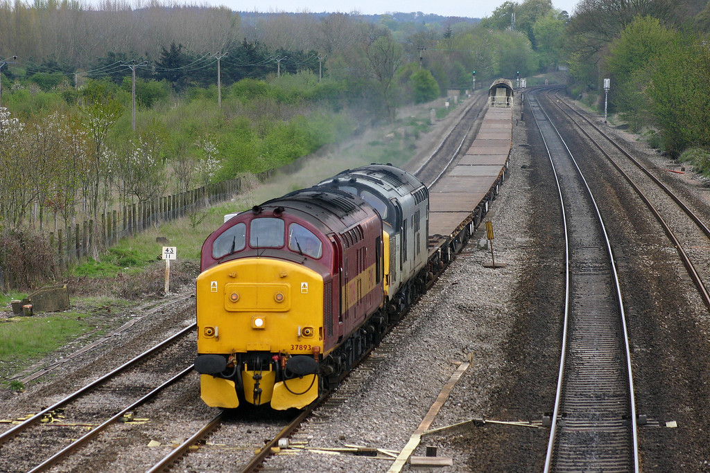 37893/37689, Eastleigh Yard-Didcot Yard, Lower Basildon, near Pangbourne, 20-4-04.