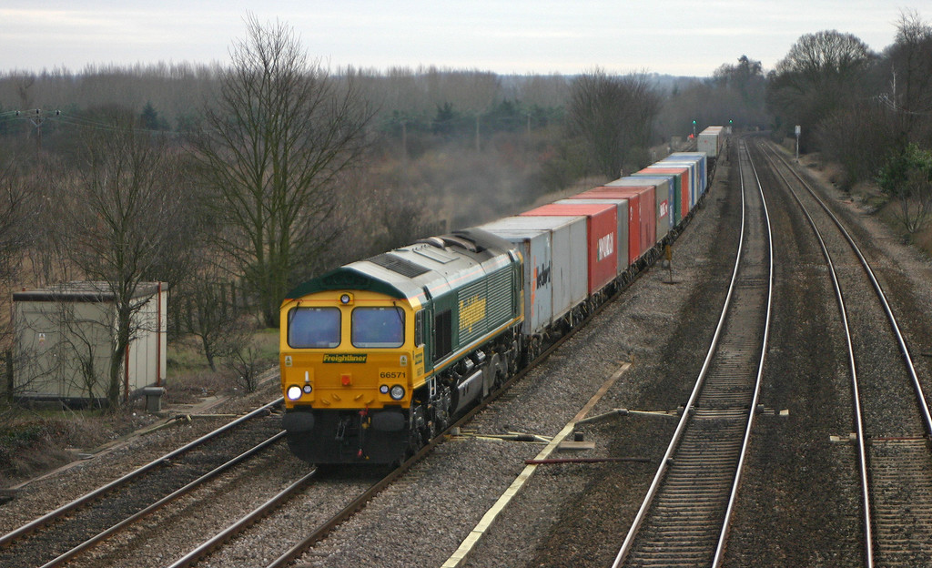 66571, 08.45 Southampton Millbrook-Leeds, Lower Basildon, near Pangbourne, 10-2-04.