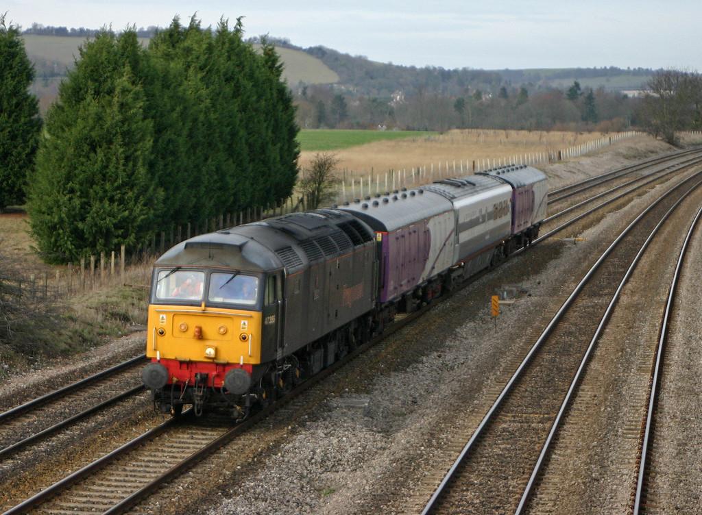 47355, up barrier coaches, Lower Basildon, near Pangbourne, 10-2-04.