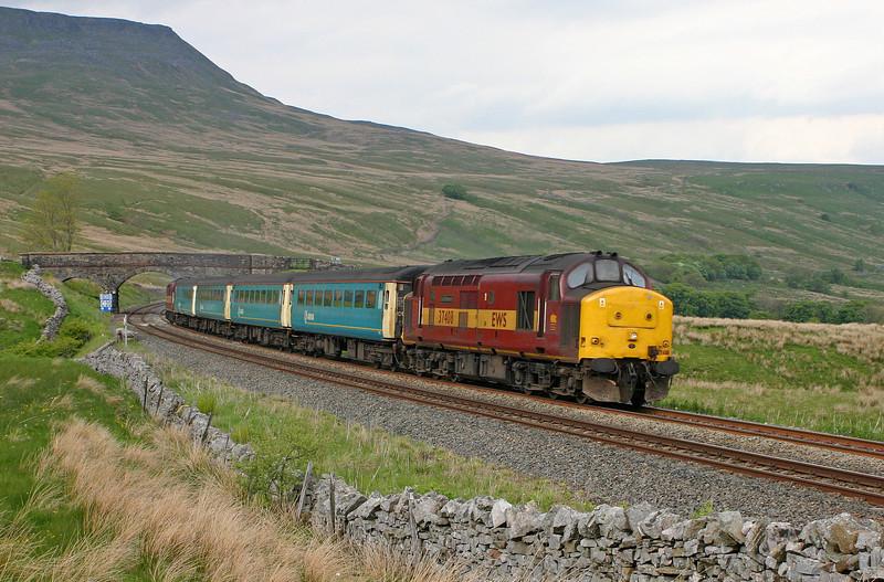 37408/37411, 13.33 Carlisle-Leeds, Ais Gill, 26-5-04.