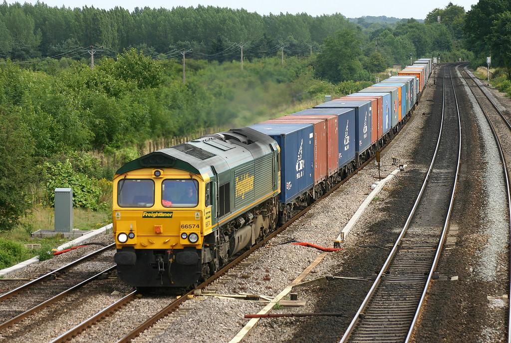 66574, 15.00 Southampton-Coatbridge,  Lower Basildon, near Pangbourne, 4-8-05.