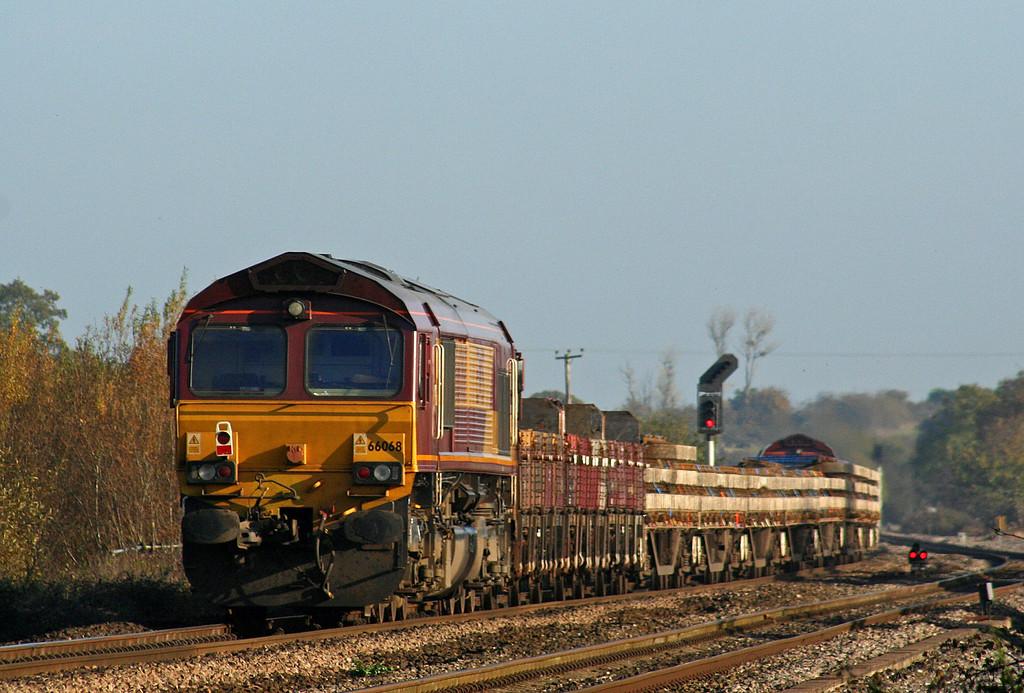 66200/66068, top'n'tail, Westbury-bound departmental, Cogload, 2-11-07.