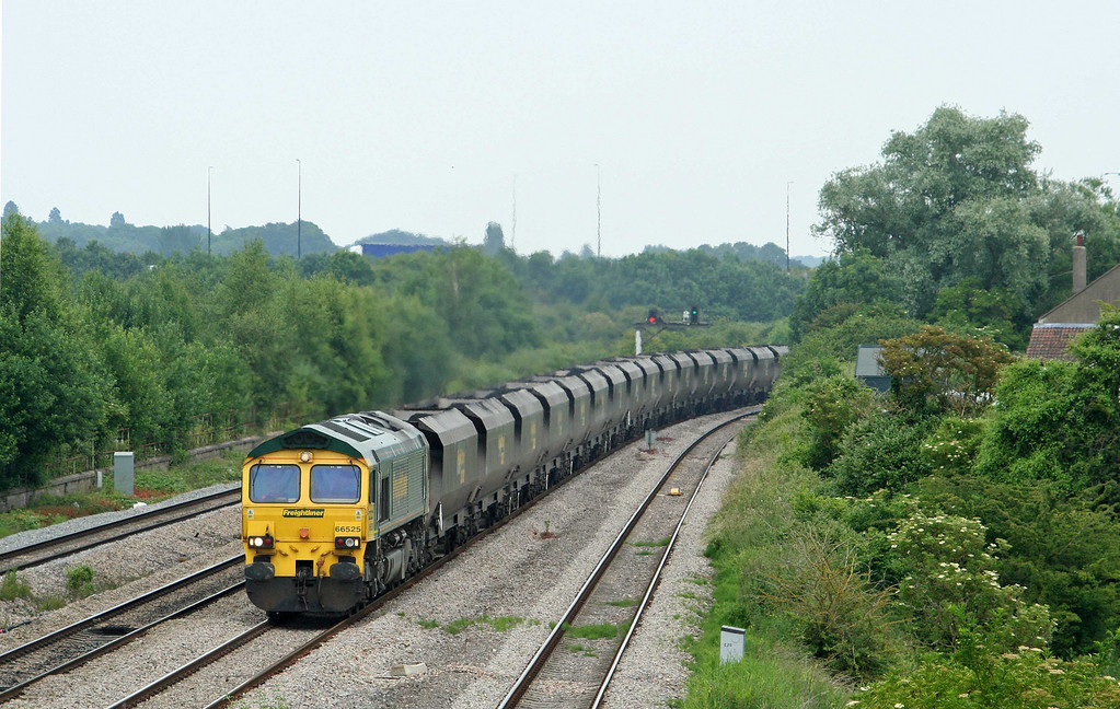 66525, 11.26 Avonmouth Bulk Handling Terminal-Rugeley Power Station, Undy, near Magor, 25-6-09.