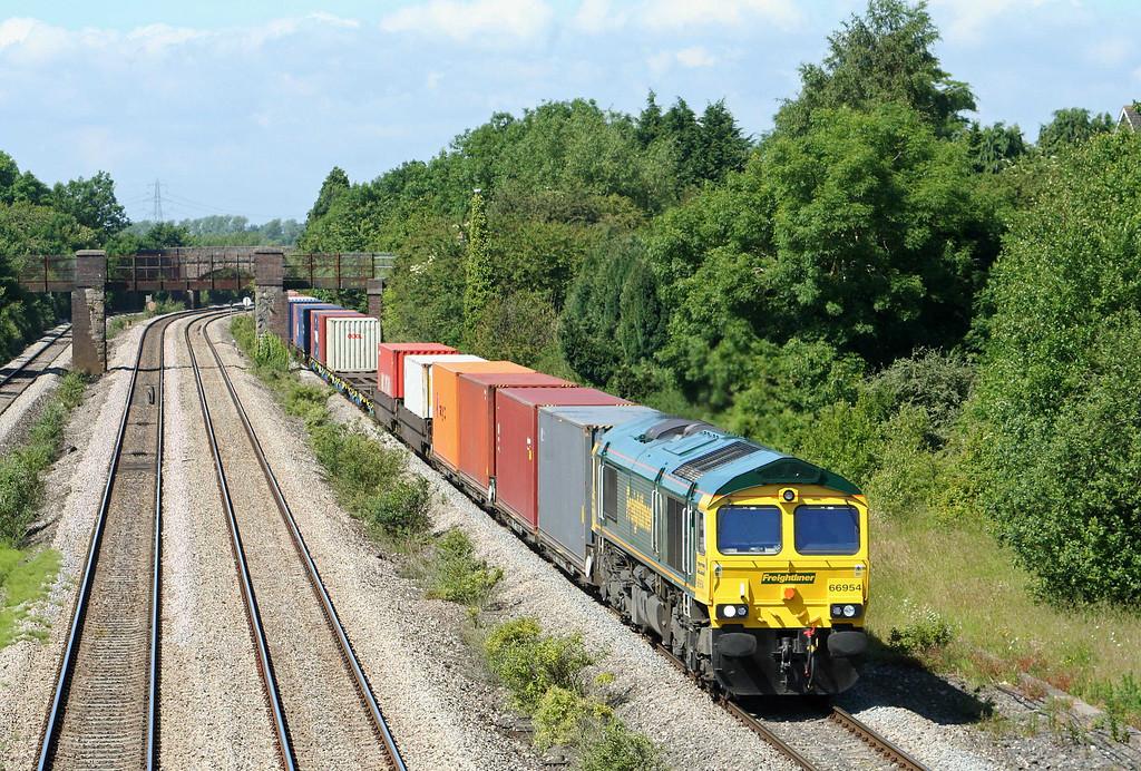 66954, 10.00 Cardiff Wentloog-Southampton Millbrook, Undy, near Magor, 16-6-09.
