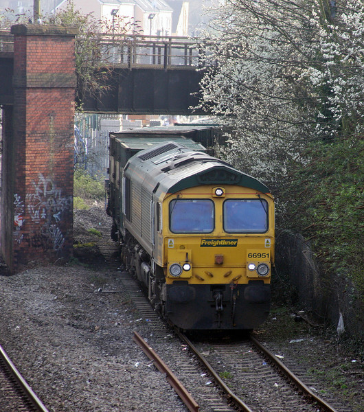 66951, 10.57 Calvert-Bristol Barrow Road Refuse Transfer Station, reversing into Barrow Road RTS, 25-3-11.