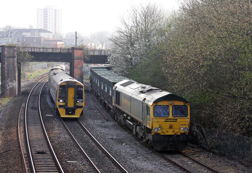 66951, 10.57 Calvert-Bristol Barrow Road Refuse Transfer Station, reversing into Barrow Road RTS, 25-3-11.