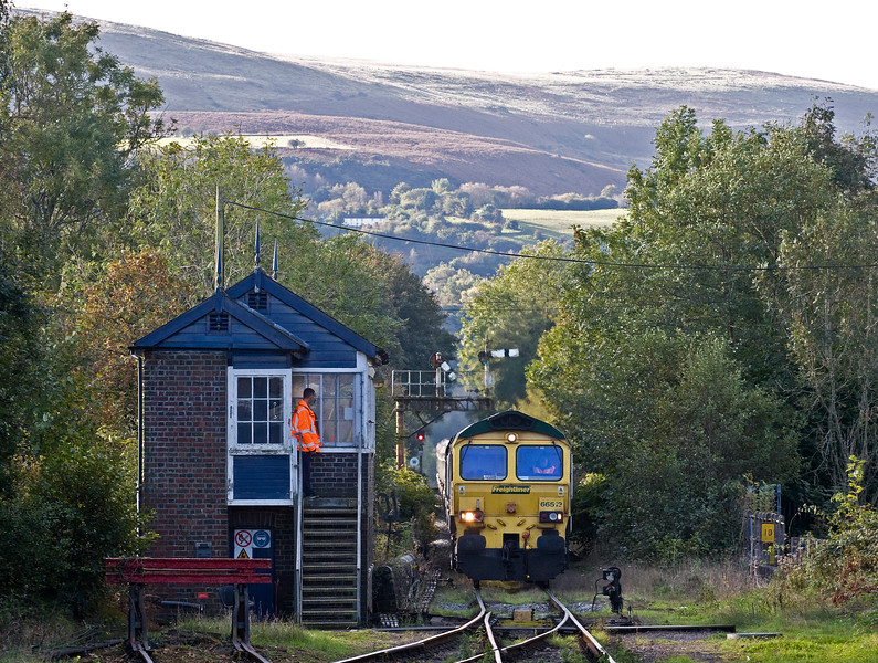 66513, 04.20 Aberthaw Power Station-Gwaun cae Gurwen Opencast Colliery, approaching Pantyffynnon Signalbox, near Ammanford, 12-10-16.