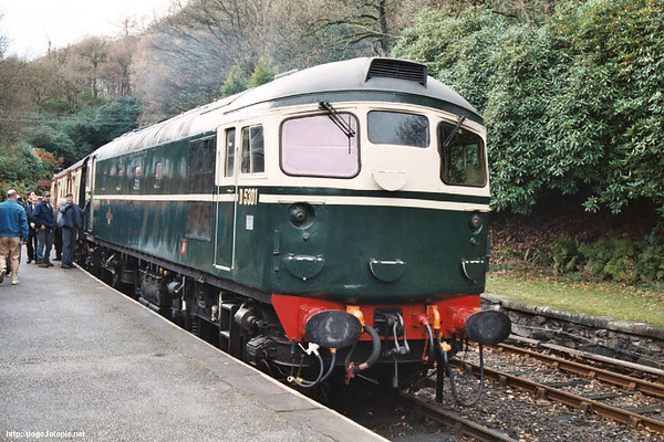 26001 awiting departure from Haverthwaite with the 1145 to Lakeside. 15.11.03