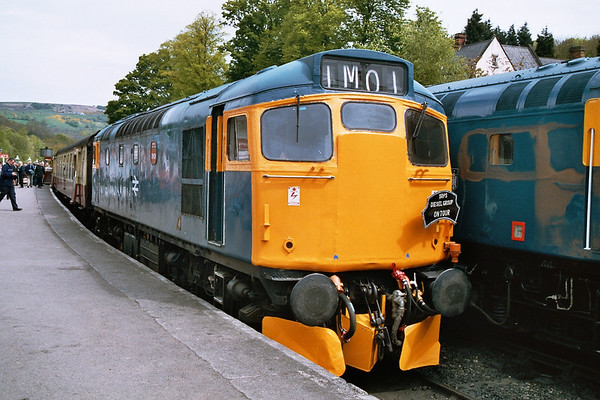 27001 awaiting departure from Grosmont. 14.05.05
