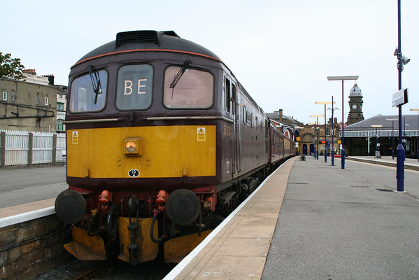 33025 sits awaiting departure time from Scarborough on 1Z66 0716 Scarborough-York portion for a Peterborough-Fort Wiiliam Charter. 16.05.08