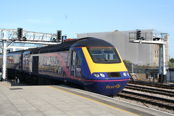 43004 departs Cardiff Central on the rear of 1A28 1704 Cardiff Central - London Paddington. 03.09.05