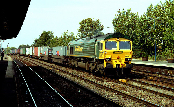 66501 passes through leamington spa on a southampton bound liner.