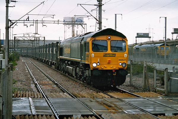 66621 powers away from Dagenham Yard on a gloomy day. 19.04.05
