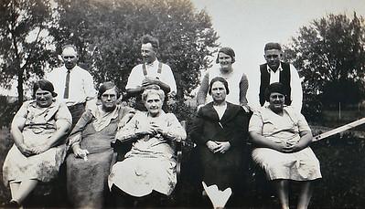 """Reardons- Bill, Joe, Edith, Walton Josie, Maggie, Grandma, Mary & Nellie"""