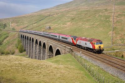 290407 57316 and Pendolino 390048 on the Sunday 1M18 1134 Glasgow-Euston cross Artengill viaduct