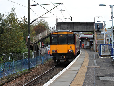 318259 brings up the rear of a class 318/320 pairing at Hyndland on the 11th October 2012
