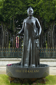 Statue of Queen Lili'uokalani looking toward the Capitol.  Behind her is a giant banyon tree and the 'Iolani Palace