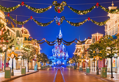 Disneyland Resort Paris Disneyland Paris Main Street  Disneyland Paris was absolutely beautiful during our Christmas 2012 visit, especially Main Street...   Read more: http://www.disneytouristblog.com/disneyland-paris-main-street-at-christmas/