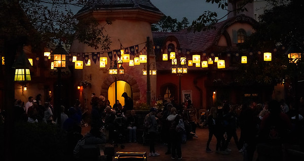I'll take you to see the lanterns.