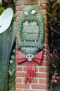 img01-15HauntedMansionNightmareBeforeXmasSign
