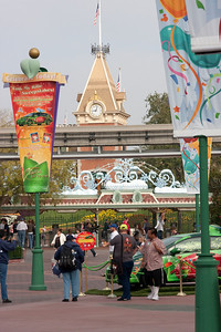 The plaza between the parks.