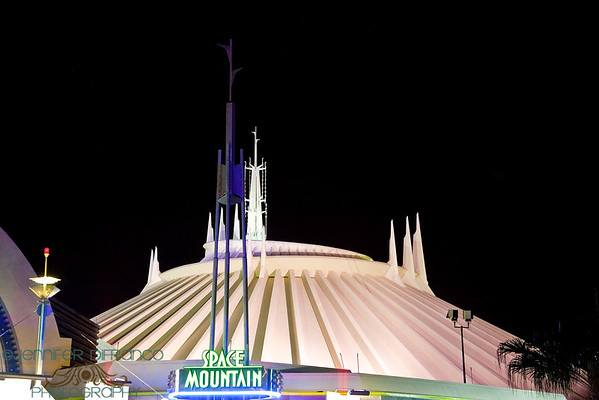 Ian and the girls went to ride Space Mountain one last time before we left.  So I did what makes me happy - and took more photos.