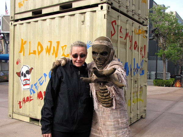 "As it's Halloween in less then 2 weeks we met some scary ""extras"" at Universal! :-)"