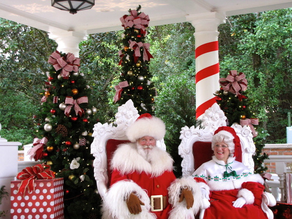Even Santa & Mrs Claus were at Epcot... Fun!! :-)