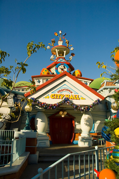 2007-11-14 - 166 - Disneyland Birthday - Toontown (City Hall) - _DSC9198