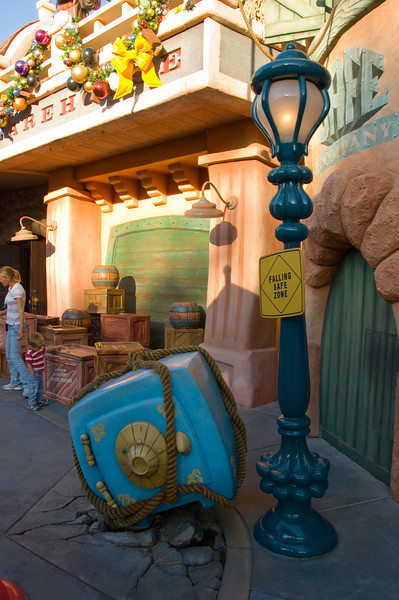 2007-11-14 - 161 - Disneyland Birthday - Toontown (Falling Safe Zone) - _DSC9193