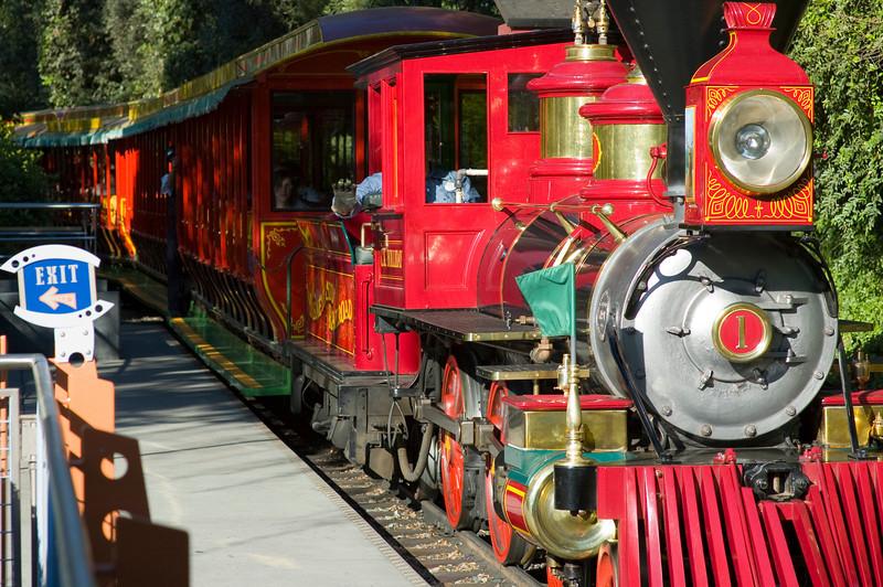 2007-11-14 - 085 - Disneyland Birthday - Disneyland Railroad (Tomorrowland Station) - _DSC9115