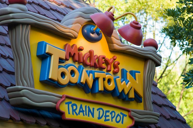 2007-11-14 - 157 - Disneyland Birthday - Disneyland Railroad (Toontown Station)_DSC9188