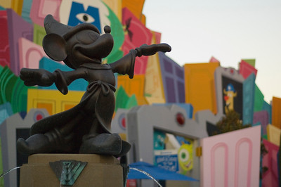 2007-11-14 - 234 - Disneyland Birthday - Mickey's Fountain - _DSC9270
