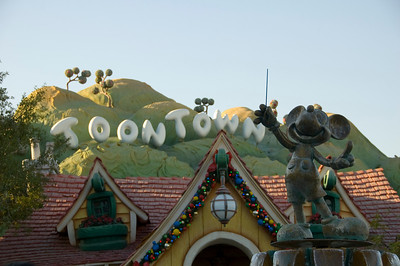2007-11-14 - 170 - Disneyland Birthday - Toontown (Mickey's Fountain) - _DSC9202