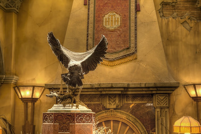 The old owl - Stan  La sculpture trônant fièrement au centre du hall est de Jules Moigniez, un sculpteur français du 18è siècle. Elle représente une chouette s'apprêtant à se poser, figée en plain vol comme si le temps n'avais plus d'effet en ces lieux...