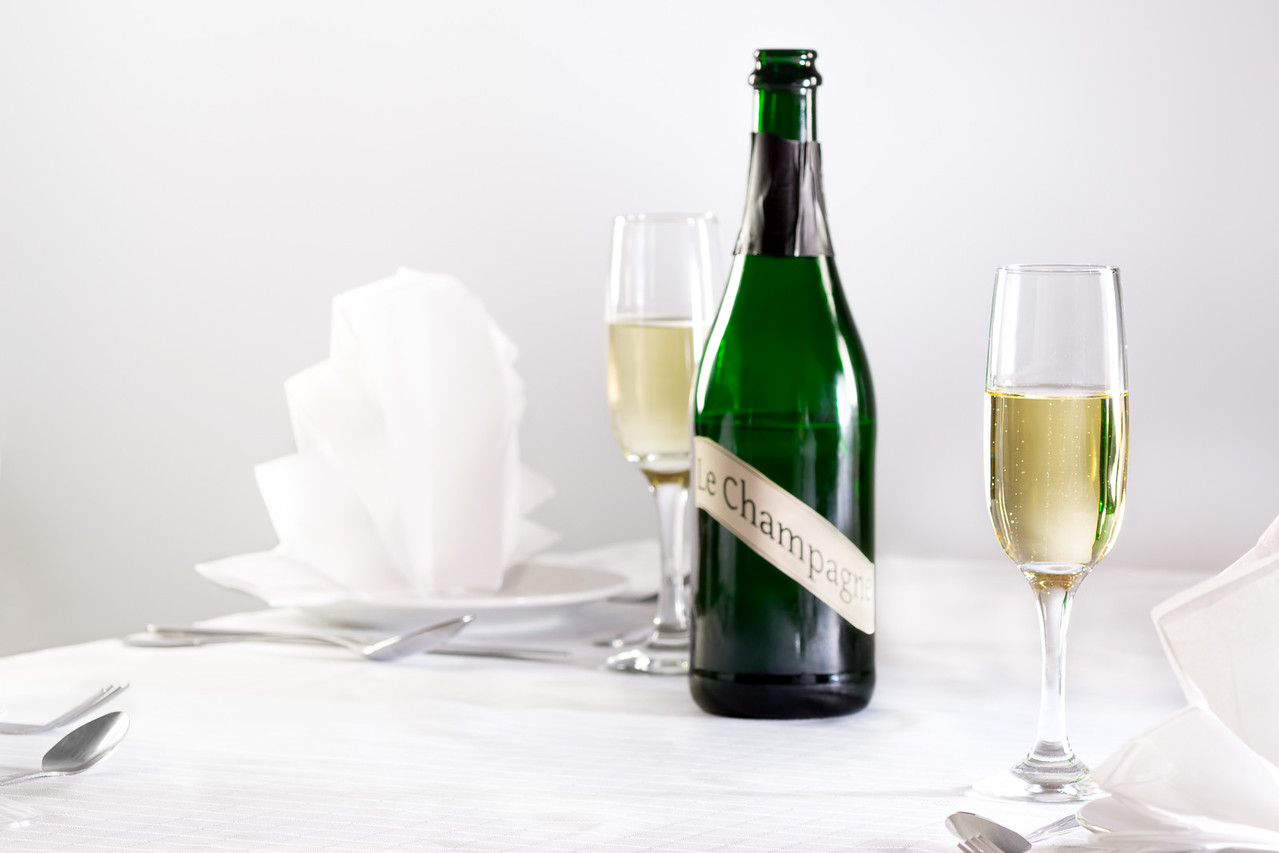 Champagne sur une table blanche