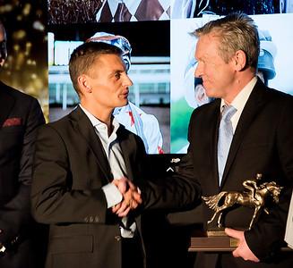 Per Anders Gråberg fick ta emot pris för sitt Jockeychampionat 2016 av Johan Stenström Årets Hästfest på Bro Park 170121 Foto: Elina Björklund / Svensk Galopp