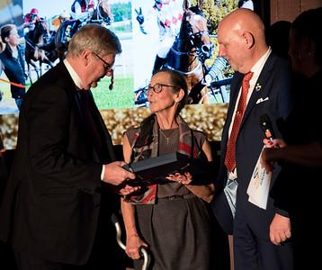 Ivan och Berit Sjöberg tar emot Tattersalls Pris för segerrikaste häst 2016, Pistol, från Hans Hansson Årets Hästfest på Bro Park 170121 Foto: Elina Björklund / Svensk Galopp