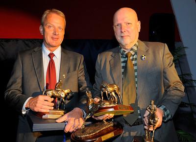 Jimmy Macks ägare Lars Almrin och uppfödare Ivan Sjöberg med famnen full med priser. | Årets Hästfest Täby Galopp 130406|  Foto: Stefan Olsson / Svensk Galopp