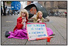 Indsamling på Købmagergade. To unge piger samler penge ind til køb af lejlighed på Kongens Nytorv   Indsamling på Købmagergade. To unge piger samler penge ind til køb af lejlighed på Kongens Nytorv og Gucci ur torsdag 28. september 2006. Ved nærmere eftersyn viste det sig dog at det var Henriette og Sibylle fra Sank Annæ Gymnasium der havde gang i et projekt der skulle vise de forbipasserendes reaktion på indsamlingen. Der kom 175 kroner i koppen på en halv time. (Foto: Torben Christensen / Scanpix 2006)  <br /> . Foto: Torben Christensen  København ©