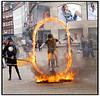 Gøglergruppe optræder på Kultorvet i København med børn der kører igennem en ring af levende ild på tohjulede cykler. Foto: Torben Christensen  København ©