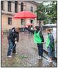 En del spilllere havde trodset regnen og var mødt da det nye spil, Streetgolf havde premiere i Københavns gader søndag 27. august 2006, hvor der var lavet 9 baner forskellige steder i byen. Der blev spillet til fordel til fordel for WWF Verdensbnaturfonden.  Her lægges der an på banen ved Vor Frue Kirke. Foto: Torben Christensen  København ©