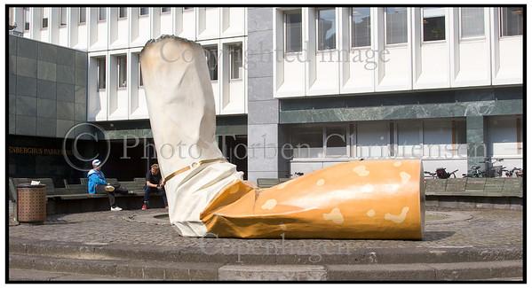 Cigaretskod Skulptur af cigaretskod på Nina Bangs Plads. Et led i kampagnen 'Det er en kunst at hold byen ren' der sætter fokus på alr det affald der ikke ramme affaldskurven .  Foto: Torben Christensen  København ©
