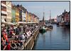 Masser af mennesker nyder det gode efterårsvejr i Nyhavn søndag 20 september .  Foto: Torben Christensen  København ©