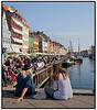 To pipger nyder udsigten og det gode efterårsvejr i Nyhavn søndag 20 september .  Foto: Torben Christensen  København ©