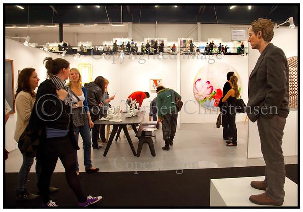 Skulptur af mand betragter publikum da Forum i København  i weekenden 18-19 september var fyldt til bristepunktet med nordisk kunst under Skandinaviens største og førende kunstmesse for international samtidskunst. Art Copenhagen præsenterer næsten 75 førende kunst-gallerier fra Danmark, Sverige, Norge, Finland, Island, Færøerne og Grønland. <br /> Mere end 500 kunstnere, fra samtidskunstens store mestre til de nyeste stjerneskud, er repræsenteret. Udstillingerne viser den højeste kvalitet indenfor maleri, skulpturer, grafik, installationer, fotografi og video.