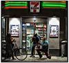 Unge fotograferer hinanden udenfor en Seven eleven butik
